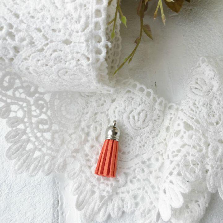 Замшевая кисточка 38 мм, цвет морковный/серебряный колп.