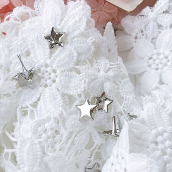 Брадс в форме звезды. Цвет серебряный 14 мм