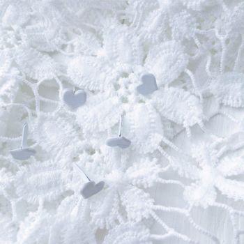 Брадс в форме сердца. Цвет белый 12*9 мм